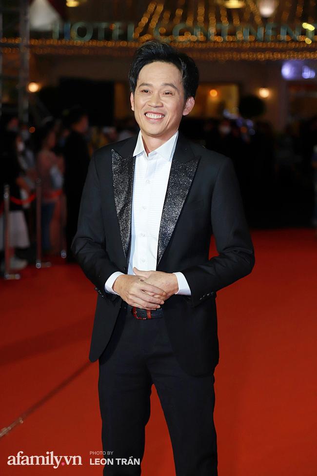 Thảm đỏ lễ trao giải Mai Vàng 26: Nghệ sĩ Hoài Linh gượng cười sau nhiều biến cố, Minh Hằng khoe vòng 1 căng đầy gợi cảm-1