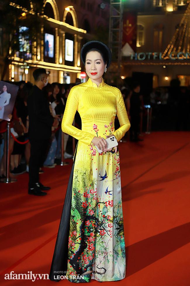 Thảm đỏ lễ trao giải Mai Vàng 26: Nghệ sĩ Hoài Linh gượng cười sau nhiều biến cố, Minh Hằng khoe vòng 1 căng đầy gợi cảm-16