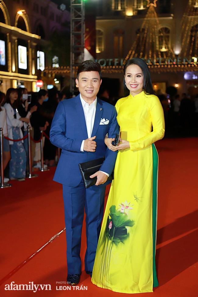 Thảm đỏ lễ trao giải Mai Vàng 26: Nghệ sĩ Hoài Linh gượng cười sau nhiều biến cố, Minh Hằng khoe vòng 1 căng đầy gợi cảm-6