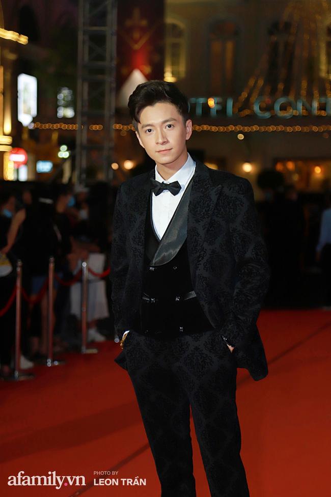Thảm đỏ lễ trao giải Mai Vàng 26: Nghệ sĩ Hoài Linh gượng cười sau nhiều biến cố, Minh Hằng khoe vòng 1 căng đầy gợi cảm-9