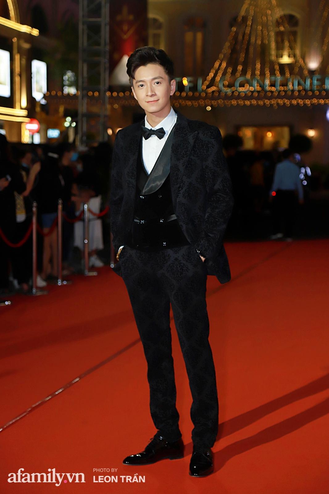 Thảm đỏ lễ trao giải Mai Vàng 26: Nghệ sĩ Hoài Linh gượng cười sau nhiều biến cố, Minh Hằng khoe vòng 1 căng đầy gợi cảm-10