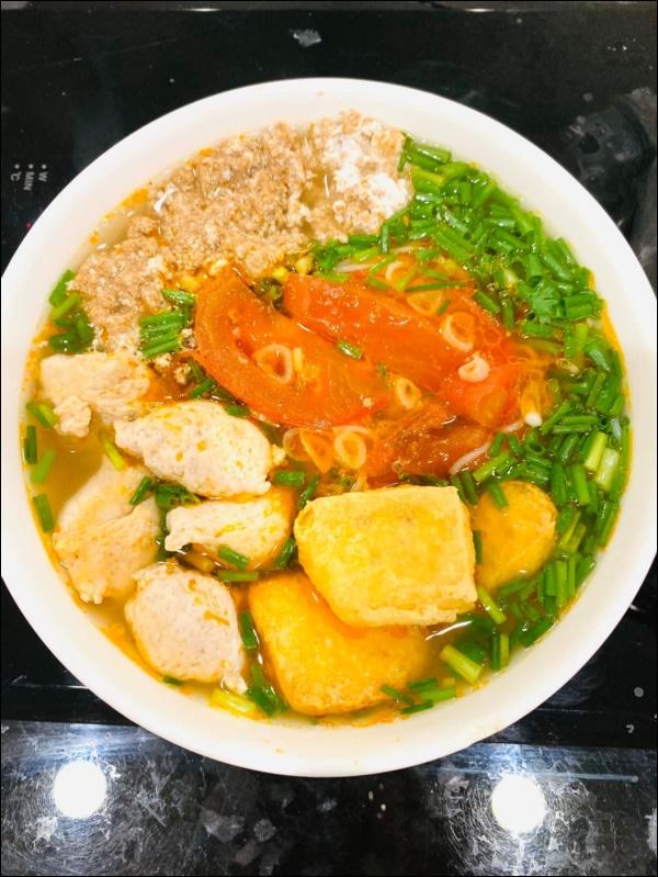 Lã Thanh Huyền đón Tết sớm, bàn ăn toàn món ngon truyền thống, riêng bánh chưng rán hấp dẫnhợp cảnh ngày đônglạnh-9
