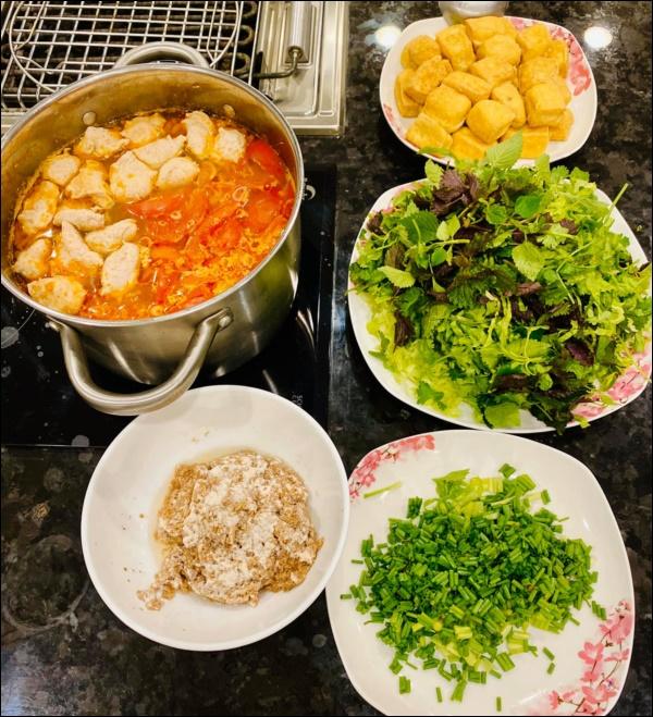 Lã Thanh Huyền đón Tết sớm, bàn ăn toàn món ngon truyền thống, riêng bánh chưng rán hấp dẫnhợp cảnh ngày đônglạnh-8