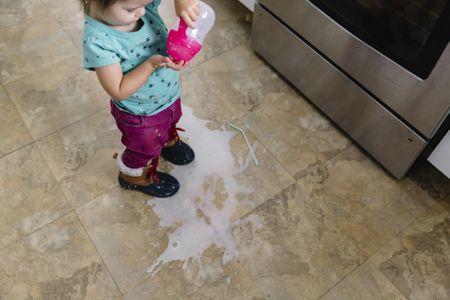 Chỉ 1 hành động làm đổ sữa, bà mẹ đã có cách dạy con cực kì hoàn hảo khiến những người trong quán ăn cũng phải tâm đắc-1