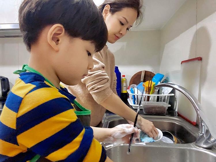 Chỉ 1 hành động làm đổ sữa, bà mẹ đã có cách dạy con cực kì hoàn hảo khiến những người trong quán ăn cũng phải tâm đắc-2