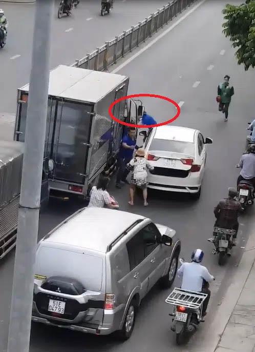 Clip: Sau va chạm giao thông, tài xế xe con mở cốp rút kiếm truy đuổi tài xế xe tải giữa phố khiến người đi đường hết hồn-1