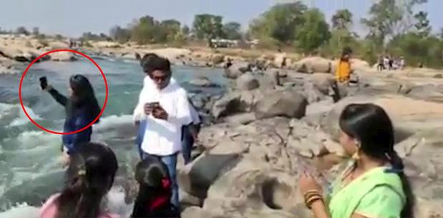 Đang selfie, cô gái trẻ chết thảm thương giữa dòng nước chảy xiết chỉ bởi 1 cú đẩy, đoạn clip hiện trường gây ám ảnh-1