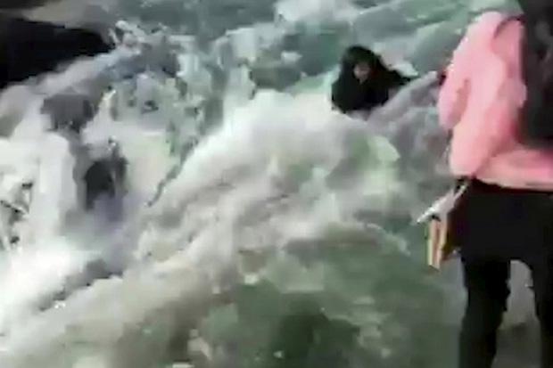 Đang selfie, cô gái trẻ chết thảm thương giữa dòng nước chảy xiết chỉ bởi 1 cú đẩy, đoạn clip hiện trường gây ám ảnh-2