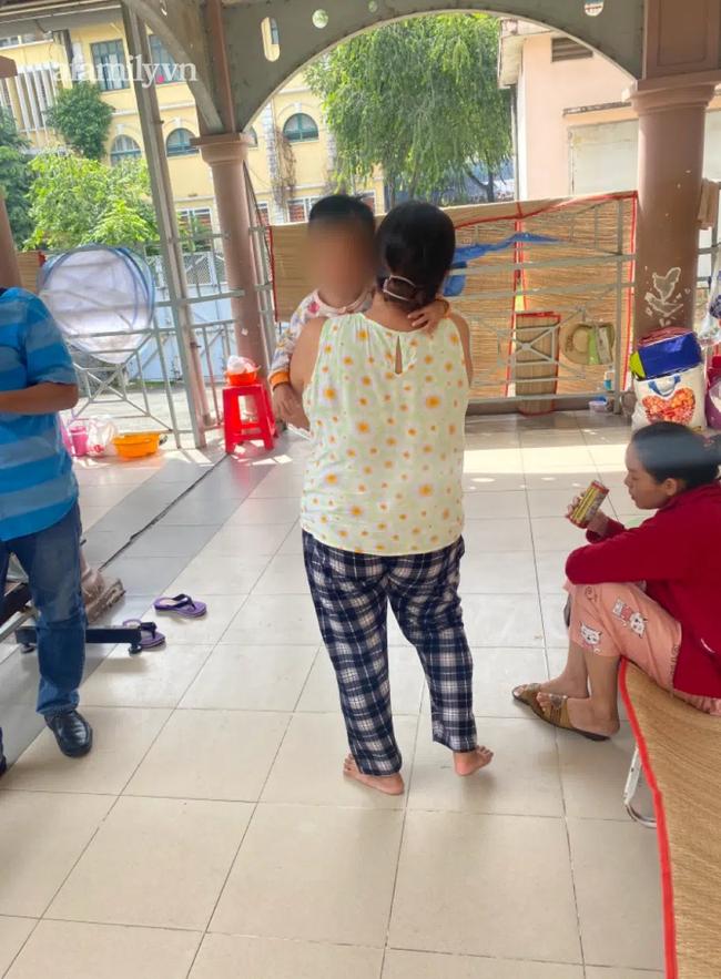 Bé gái 3 tuổi ở TP.HCM bị mẹ bạo hành vì đi vệ sinh dính phân vào dép đã tử vong-2