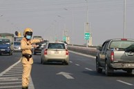 Tài xế phân bua với CSGT khi quay đầu xe trên cầu Thăng Long