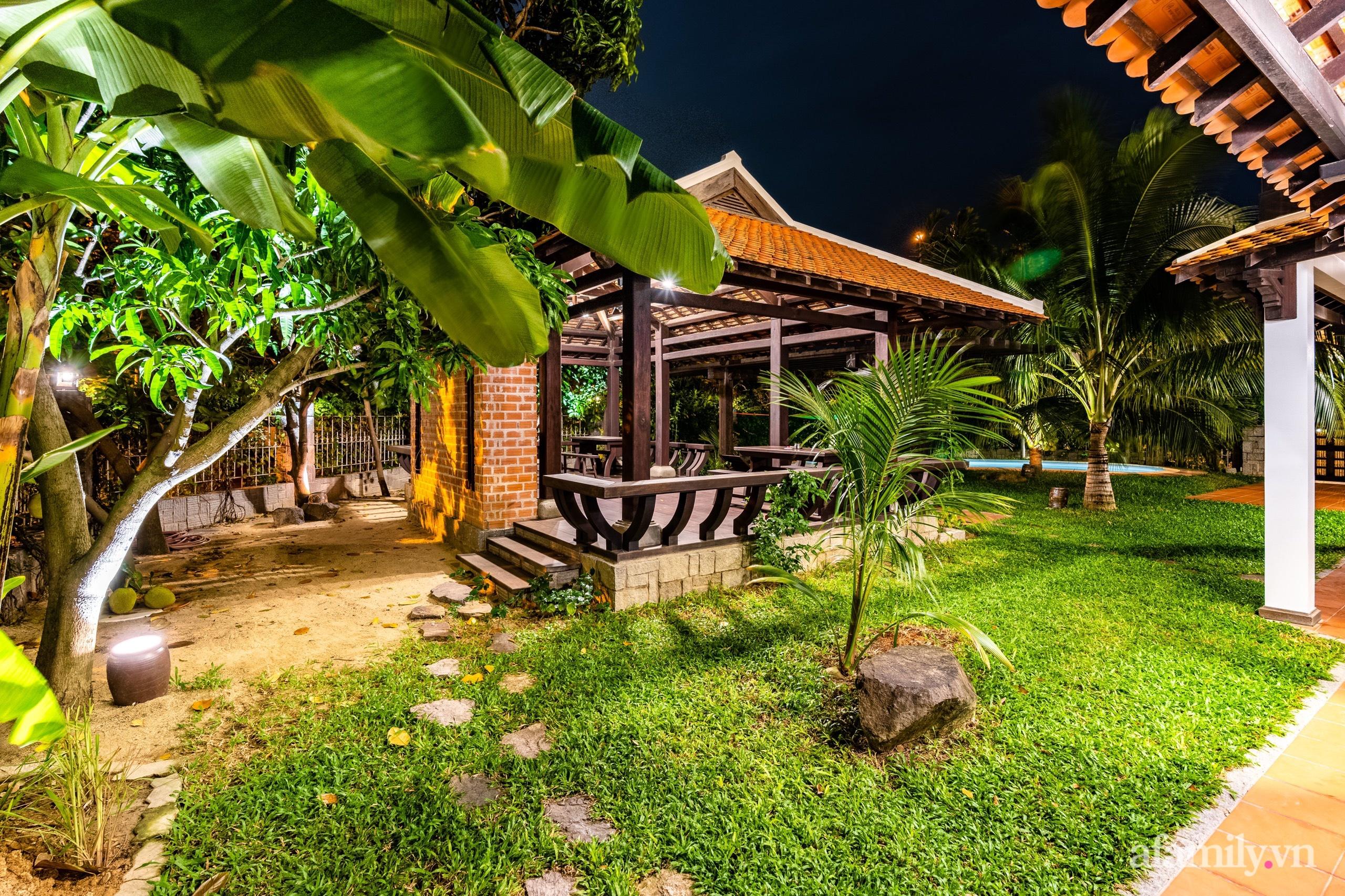 Căn nhà vườn xây 10 năm vẫn đẹp hút mắt với nội thất gỗ và cây xanh quanh nhà ở Nha Trang-9