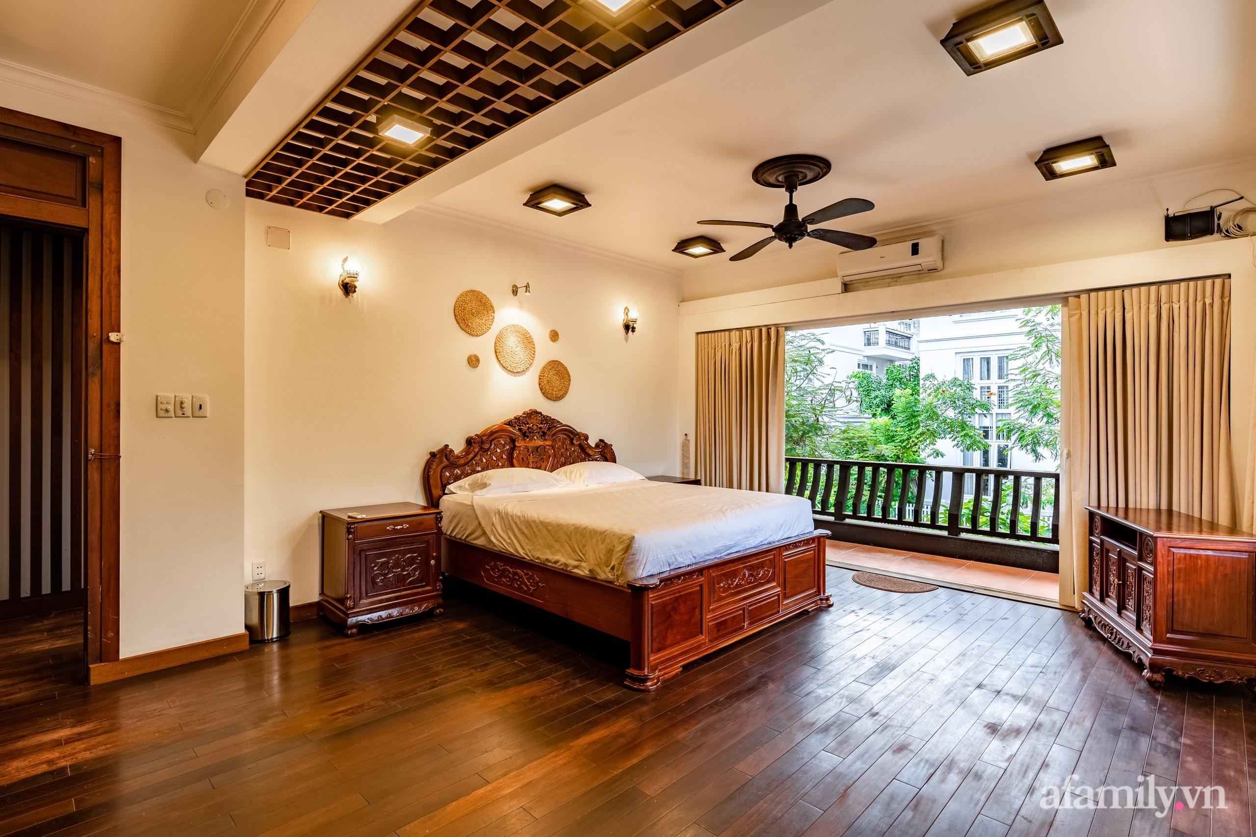 Căn nhà vườn xây 10 năm vẫn đẹp hút mắt với nội thất gỗ và cây xanh quanh nhà ở Nha Trang-16