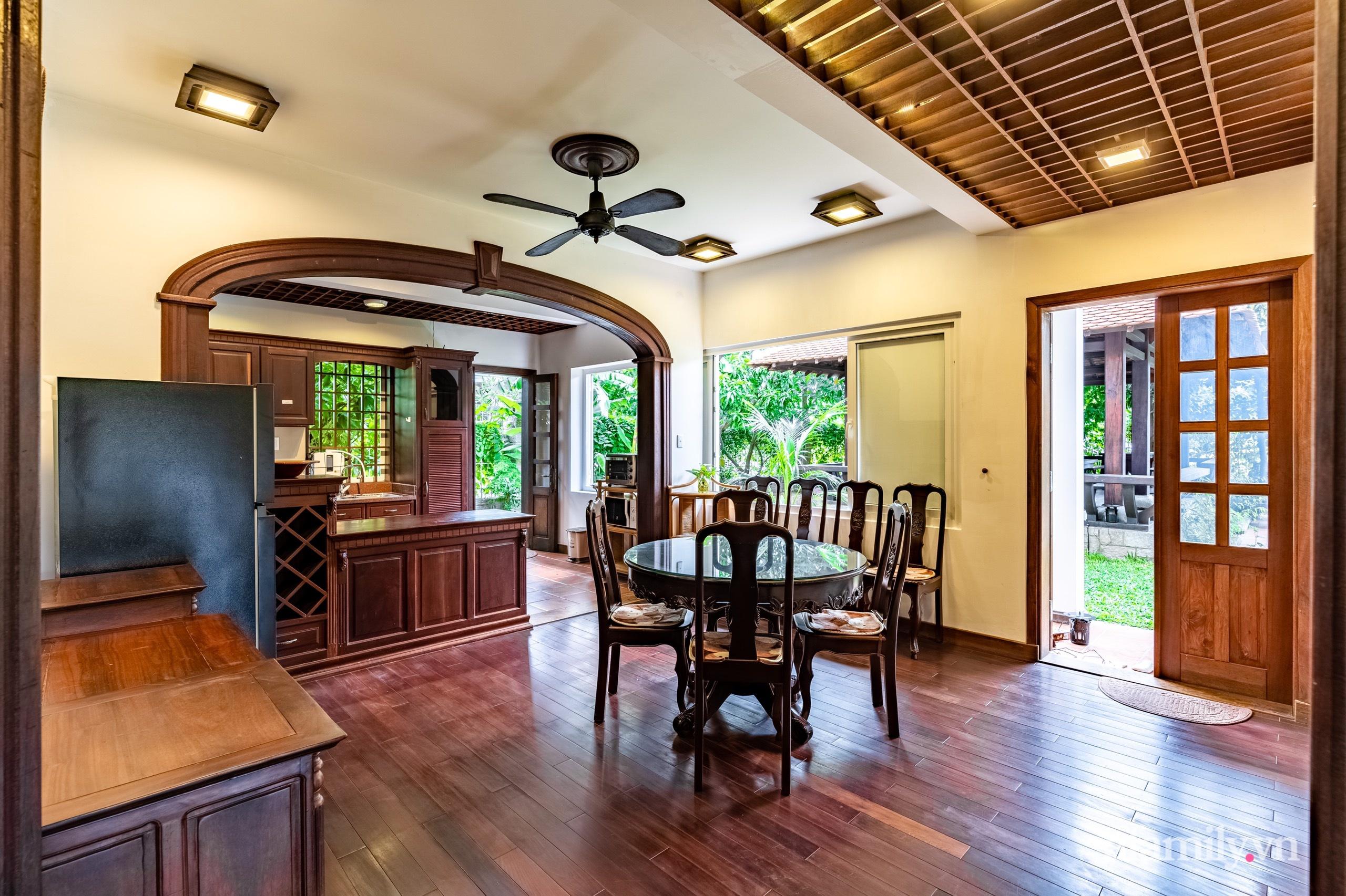 Căn nhà vườn xây 10 năm vẫn đẹp hút mắt với nội thất gỗ và cây xanh quanh nhà ở Nha Trang-23