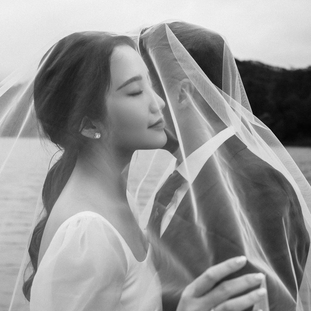 Tổng giám đốc Phan Thành tự tay khoe thiệp mời và hé lộ ảnh cưới đẹp xỉu, dân tình nôn nóng đếm ngược tới giờ G-1
