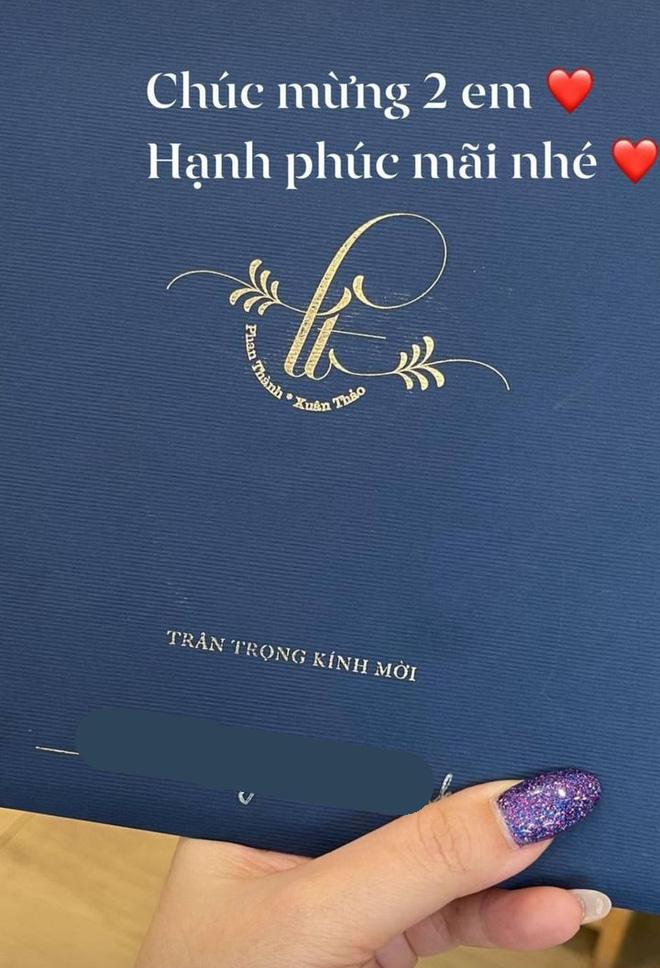 Tổng giám đốc Phan Thành tự tay khoe thiệp mời và hé lộ ảnh cưới đẹp xỉu, dân tình nôn nóng đếm ngược tới giờ G-6