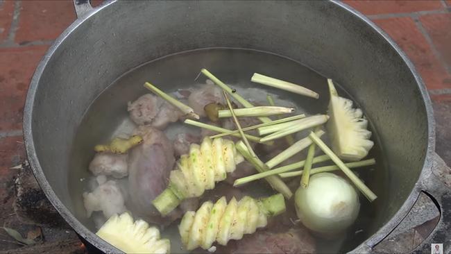 Dùng bột ớt Hàn Quốc để nấu tô bún bò Huế khổng lồ, bà Tân khiến ai cũng giật mình vì kết quả-4
