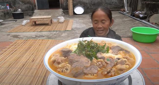 Dùng bột ớt Hàn Quốc để nấu tô bún bò Huế khổng lồ, bà Tân khiến ai cũng giật mình vì kết quả-6