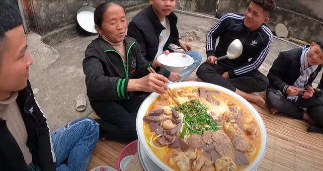 Dùng bột ớt Hàn Quốc để nấu tô bún bò Huế khổng lồ, bà Tân khiến ai cũng giật mình vì kết quả-7