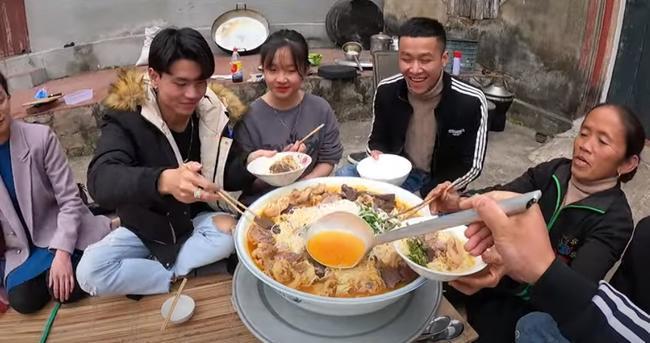 Dùng bột ớt Hàn Quốc để nấu tô bún bò Huế khổng lồ, bà Tân khiến ai cũng giật mình vì kết quả-8