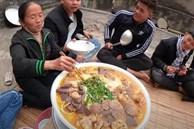 Dùng bột ớt Hàn Quốc để nấu tô bún bò Huế khổng lồ, bà Tân khiến ai cũng giật mình vì kết quả