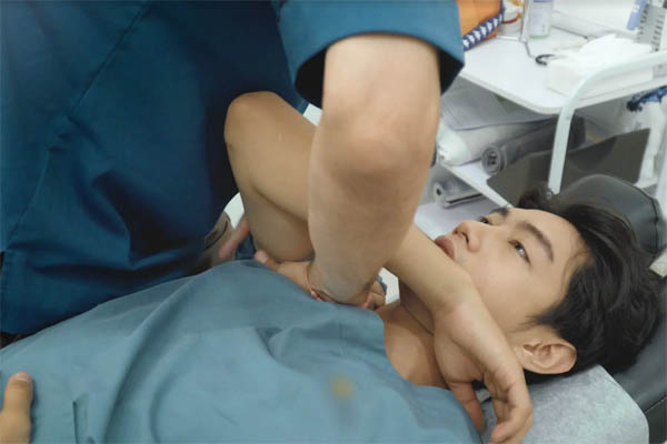 """Tác giả """"vũ điệu rửa tay"""" phòng chống COVID-19 nổi tiếng VN bị đau xương khớp"""