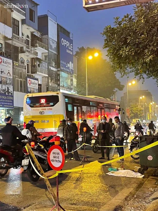 Hà Nội: Kinh hoàng phát hiện thai nhi trong chiếc túi đen cạnh thùng rác bị ô tô cán qua-1