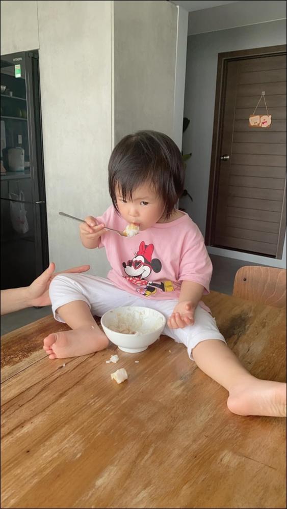 Hơn 1 tuổi con gái Lê Phương đã biếttự cầm thìa xúc cơmăn ngon lành, ai cũng tấm tắc khen con giỏi, mẹ khéo chăm-3