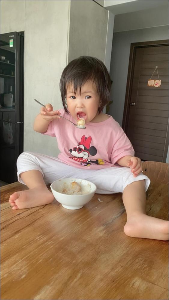 Hơn 1 tuổi con gái Lê Phương đã biếttự cầm thìa xúc cơmăn ngon lành, ai cũng tấm tắc khen con giỏi, mẹ khéo chăm-1