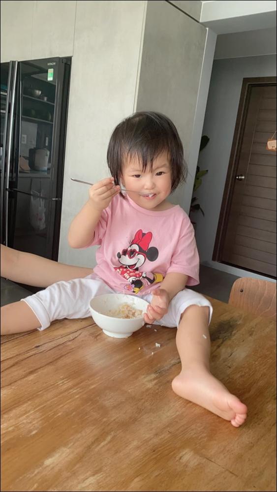 Hơn 1 tuổi con gái Lê Phương đã biếttự cầm thìa xúc cơmăn ngon lành, ai cũng tấm tắc khen con giỏi, mẹ khéo chăm-2