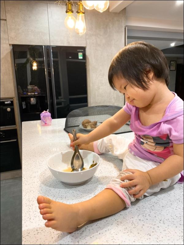Hơn 1 tuổi con gái Lê Phương đã biếttự cầm thìa xúc cơmăn ngon lành, ai cũng tấm tắc khen con giỏi, mẹ khéo chăm-4
