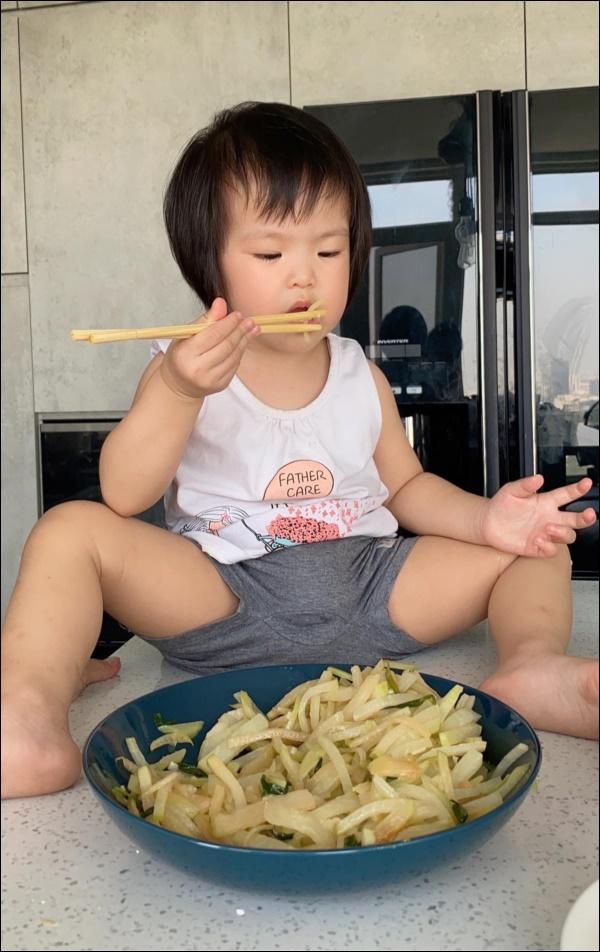 Hơn 1 tuổi con gái Lê Phương đã biếttự cầm thìa xúc cơmăn ngon lành, ai cũng tấm tắc khen con giỏi, mẹ khéo chăm-5