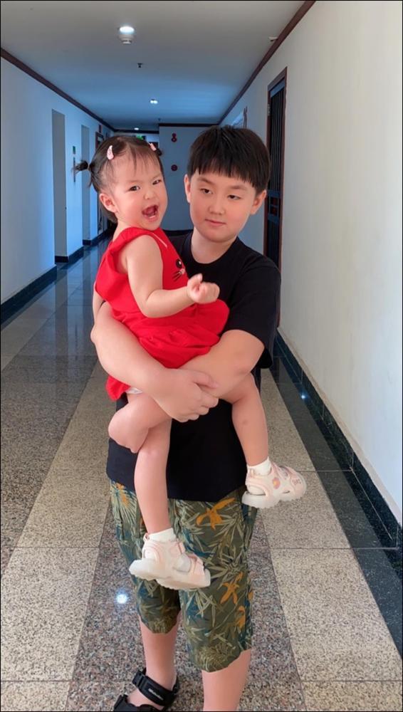 Hơn 1 tuổi con gái Lê Phương đã biếttự cầm thìa xúc cơmăn ngon lành, ai cũng tấm tắc khen con giỏi, mẹ khéo chăm-7
