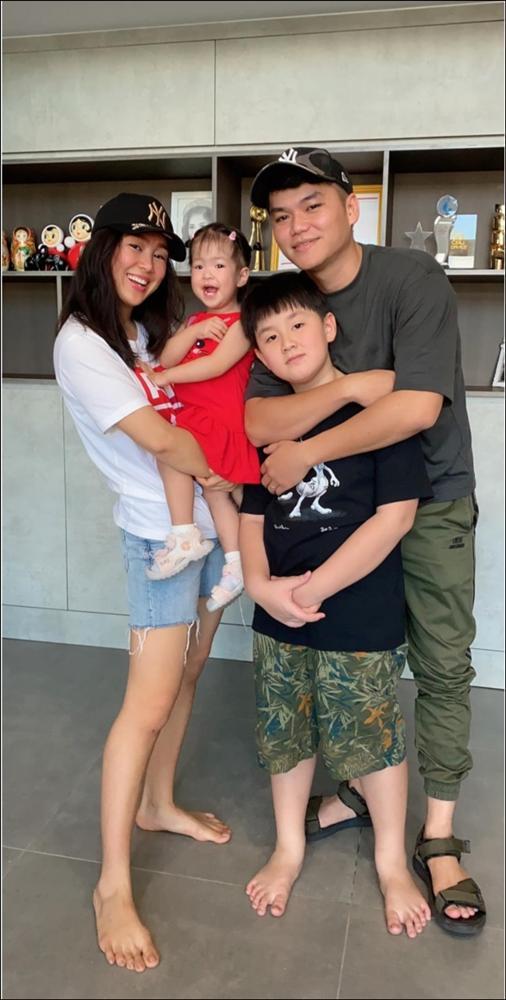 Hơn 1 tuổi con gái Lê Phương đã biếttự cầm thìa xúc cơmăn ngon lành, ai cũng tấm tắc khen con giỏi, mẹ khéo chăm-9