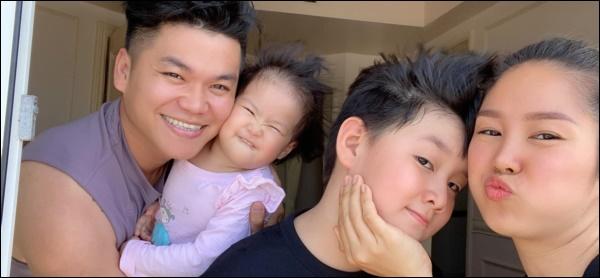 Hơn 1 tuổi con gái Lê Phương đã biếttự cầm thìa xúc cơmăn ngon lành, ai cũng tấm tắc khen con giỏi, mẹ khéo chăm-8
