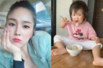 Hơn 1 tuổi con gái Lê Phương đã biếttự cầm thìa xúc cơmăn ngon lành, ai cũng tấm tắc khen con giỏi, mẹ khéo chăm