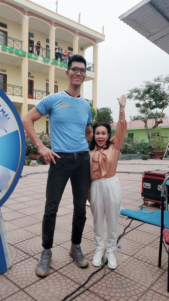 Việt Hương bé hạt tiêu khi đứng cạnh siêu nhân khổng lồ cao 2,20m-2
