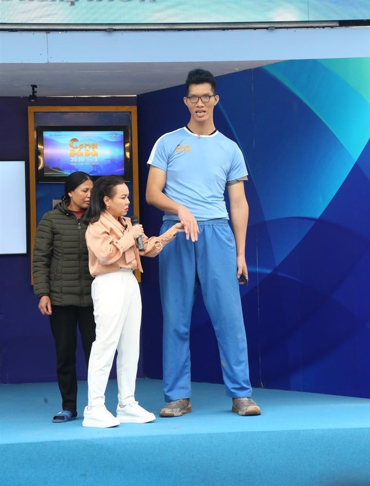 Việt Hương bé hạt tiêu khi đứng cạnh siêu nhân khổng lồ cao 2,20m-3