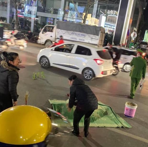 Hà Nội: Cụ bà bị xe máy tông tử vong tại chỗ khi đang qua đường-1