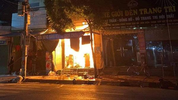 Clip cận cảnh vụ cháy cửa hàng tạp hóa ở Thái Bình khiến nữ sinh lớp 9 tử vong-1