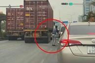 Dừng chờ đèn đỏ, người đàn ông thản nhiên mở cửa xế hộp đứng ra giữa đường... tiểu bậy