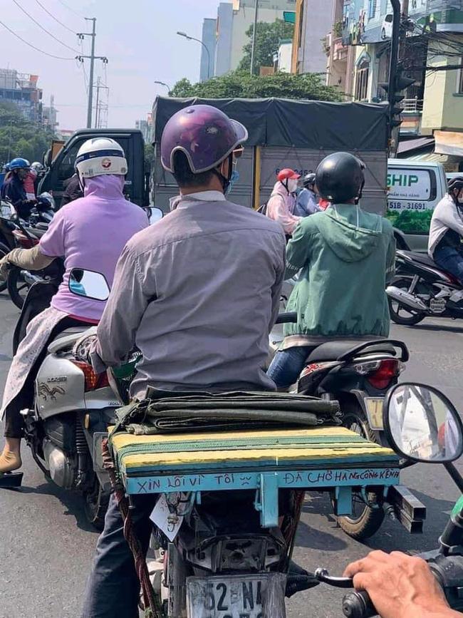 Người đàn ông lái chiếc xe máy cà tàng bỗng nổi bật giữa phố bởi dòng chữ đặc biệt ấm lòng phía sau-1