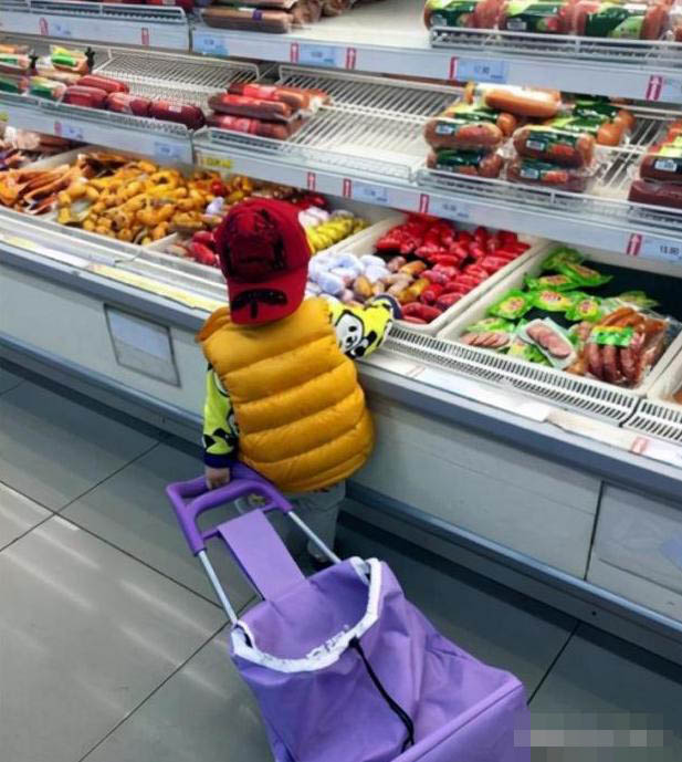 """Bé 4 tuổi vào siêu thị vô tư lấy dâu từ quầy hoa quả ăn, người mẹ ngăn cản thì bị bé gọi là mẹ tồi"""", nhưng thái độ của bà nội đi cùng mới đáng nói-1"""