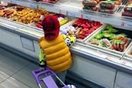 """Bé 4 tuổi vào siêu thị vô tư lấy dâu từ quầy hoa quả ăn, người mẹ ngăn cản thì bị bé gọi là """"mẹ tồi"""", nhưng thái độ của bà nội đi cùng mới đáng nói"""