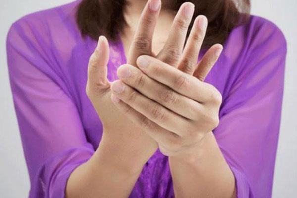 Tê tay: Nhiều người tưởng mỏi mà không biết đây có thể là dấu hiệu 4 bệnh sau-1
