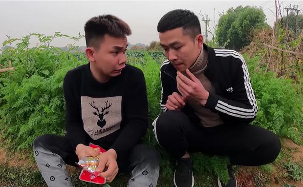 Con trai Tân Vlog đã trở lại với món chân gà nướng sốt cay cực chất nhưng lại tiếp tục ném đá dân mạng khi xem những tình tiết này trong Cười Xuyên Việt 1