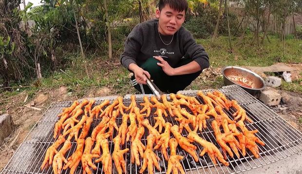 Con trai Tấn Vlog đã trở lại với món chân gà nướng sốt cay nhưng lại tiếp tục khiến dân mạng 'ném đá' khi khám phá những chi tiết hài hước-5 này