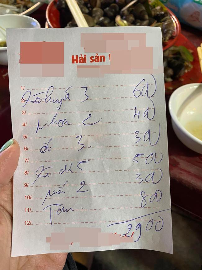 Quán hải sản vỉa hè Hà Nội bị tố bán đắt, một mâm đồ chỉ có ốc, sò, tôm... mà những 2,9 triệu đồng!?-2