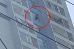 TP.HCM: Cô gái đứng vắt vẻo ở lan can tầng 15 chung cư định tự tử, hàng chục cán bộ chiến sĩ có mặt để giải cứu