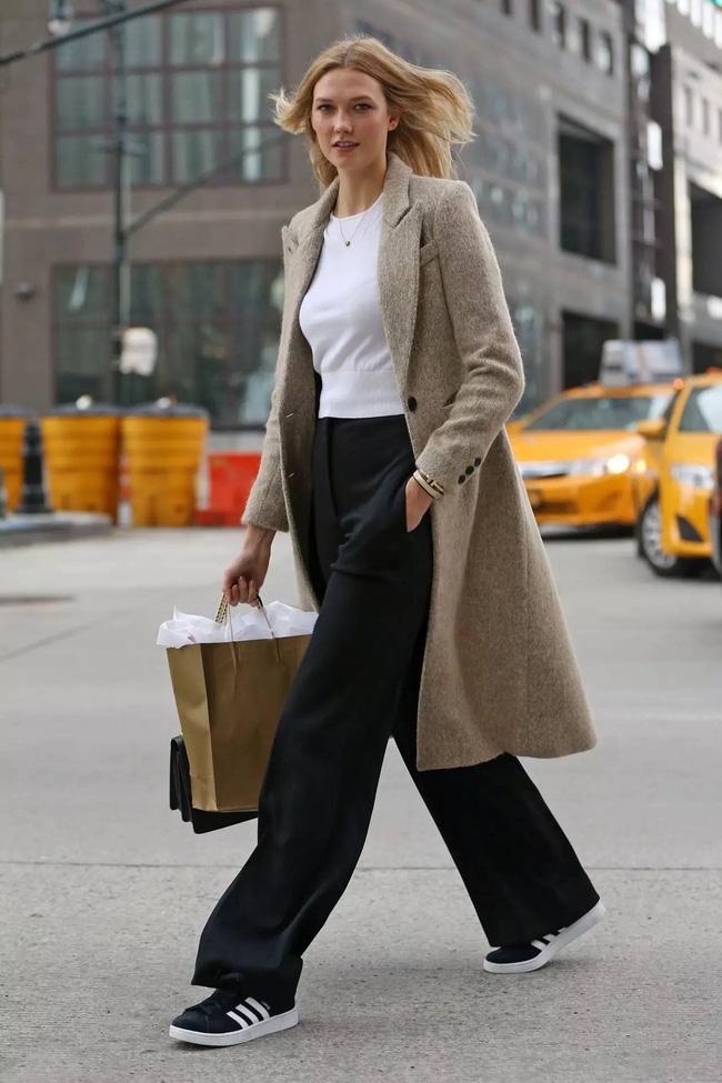 Tham khảo 11 outfit của sao Hollywood để biết thế nào là diện quần ống rộng siêu kéo chân và sang xịn level max-7
