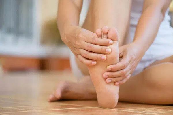 Khi mạch máu não bị tắc nghẽn, sẽ có 4 biểu hiện này ở bàn chân